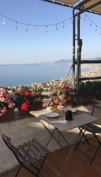 Colazione sulla terrazza del San Martino Rooms and Breakfast tra il profumo dei fiori e la vista del mare